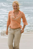 De vrouw die van de blonde op het strand loopt. #2 Stock Afbeeldingen