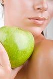 De vrouw die van de close-up een appel houdt Stock Fotografie