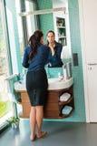 De vrouw die van de elegantie de blootvoetse schoonheid van de lippenstiftbadkamers gebruiken Royalty-vrije Stock Fotografie