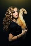 De vrouw die van de elegantie een vosbont houdt Royalty-vrije Stock Afbeelding