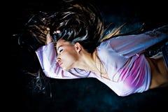De vrouw die van de fantasie door de nacht vliegt Stock Afbeeldingen