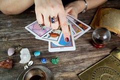 De vrouw die van de fortuinteller toekomst van kaarten voorspellen stock afbeeldingen