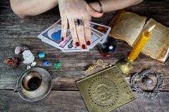 De vrouw die van de fortuinteller toekomst van kaarten voorspellen royalty-vrije stock fotografie