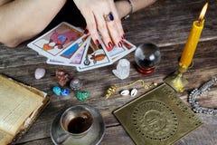 De vrouw die van de fortuinteller toekomst van kaarten voorspellen stock foto