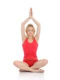 De vrouw die van de geschiktheid yogameditatie doet stelt Stock Fotografie