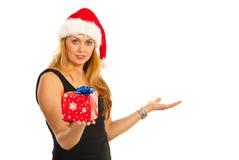 De vrouw die van de Kerstman van de schoonheid presentatie maakt Royalty-vrije Stock Fotografie