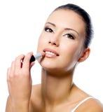 De vrouw die van de schoonheid lippenstift toepast royalty-vrije stock fotografie