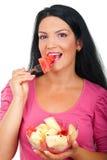 De vrouw die van de schoonheid meloenensalade eet Stock Afbeelding