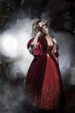 De vrouw die van de schoonheid ouderwetse kleding draagt Stock Foto's