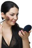 De vrouw die van de schoonheid in spiegel bloost Stock Afbeelding