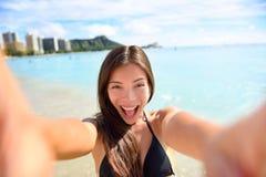 De vrouw die van de Selfiepret beeld nemen bij strandvakantie