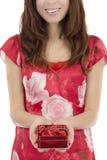 De vrouw die van de valentijnskaartendag een doos chocolade tonen Royalty-vrije Stock Foto