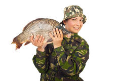 De vrouw die van de visser grote karper toont Stock Foto