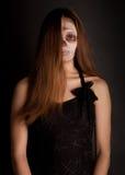 De vrouw die van de zombie aan de camera kijkt Royalty-vrije Stock Foto's