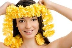 De vrouw die van Hawaï een gele slinger van bloemlei tonen. Stock Afbeelding