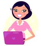 De vrouw die van het bureau met roze Laptop werkt Stock Foto
