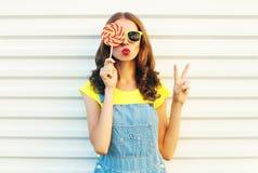 De vrouw die van het manierportret lollys houden en haar lippen blazen Royalty-vrije Stock Fotografie