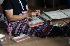 De vrouw die van Karen en wol trekken nemen stock afbeeldingen
