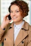 De vrouw die van Nice op telefoon spreken Stock Fotografie