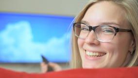 De vrouw die van Nice op TV thuis letten stock videobeelden
