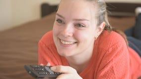 De vrouw die van Nice op TV thuis letten stock video