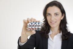 De vrouw die van Nice pillen toont stock afbeelding