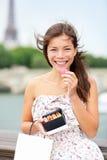 De vrouw die van Parijs macaron eet Stock Afbeelding