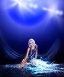 De vrouw die van Saxy in water op zwarte danst, Stock Foto's