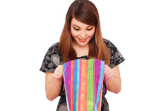 De vrouw die van Smiley aan het winkelen zak kijkt Stock Afbeeldingen