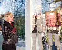 De vrouw die van Tyoung een show-venster van winkel onderzoekt royalty-vrije stock afbeelding