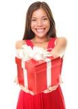 De vrouw die van valentijnskaarten gift op witte achtergrond toont Royalty-vrije Stock Fotografie