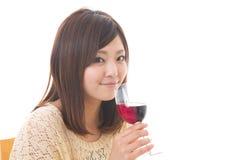 De vrouw die wijn drinkt Stock Afbeelding