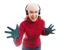 De vrouw die de winter dragen kleedt het luisteren muziek op hoofdtelefoons Royalty-vrije Stock Fotografie