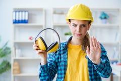 De vrouw die in workshop met lawaai hoofdtelefoons annuleren stock afbeelding