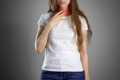 De vrouw die zijn keel houden Pijn in de Hals hoest Pijnlijke poin Royalty-vrije Stock Foto's