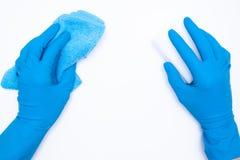 De vrouw dient blauwe rubberhandschoenen in houdt vod en spons op witte achtergrond het schoonmaken en regelmatig maakt concept s royalty-vrije stock fotografie