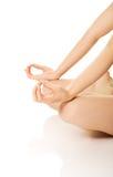 De vrouw dient yoga in stelt Stock Fotografie