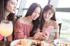 De vrouw dineert in restaurant Royalty-vrije Stock Foto
