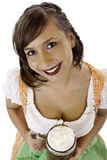 De vrouw in dirndl glimlacht en houdt bierstenen bierkroes royalty-vrije stock foto