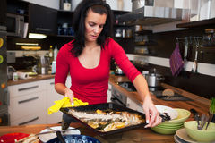 De vrouw doet het schoonmaken in keuken Stock Afbeeldingen