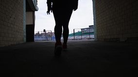 De vrouw doet sport bij het stadion stock video