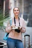 De vrouw doorbladert het boekje Royalty-vrije Stock Foto's