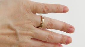 De vrouw draagt overeenkomst of huwelijksdiamantring stock videobeelden