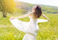 De vrouw draagt witte kleding op het gele gebied Royalty-vrije Stock Afbeeldingen