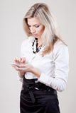 De vrouw draait een telefoonaantal Royalty-vrije Stock Afbeeldingen