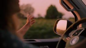 De vrouw drijft auto of het kamperen bestelwagen op zonsondergang stock videobeelden