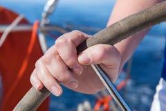 De vrouw drijft de boot stock foto