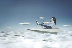 De vrouw drijft een document vliegtuig Royalty-vrije Stock Foto's
