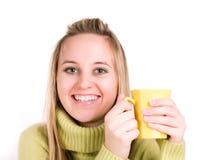 De vrouw drinkt een thee Stock Afbeelding