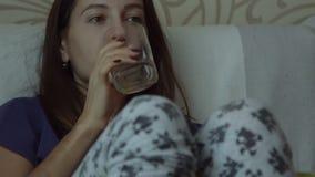 DE VROUW DRINKT JUS D'ORANGE stock video